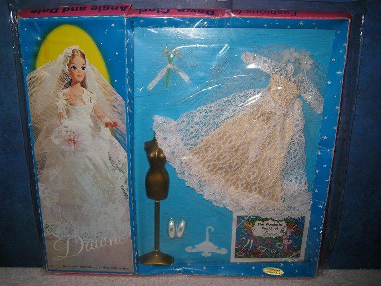 #815  Wedding Bell Dream --Tan underskirt